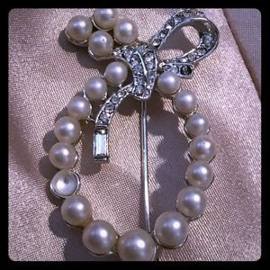 Jewelry - Vintage pearl & crystal brooch pin